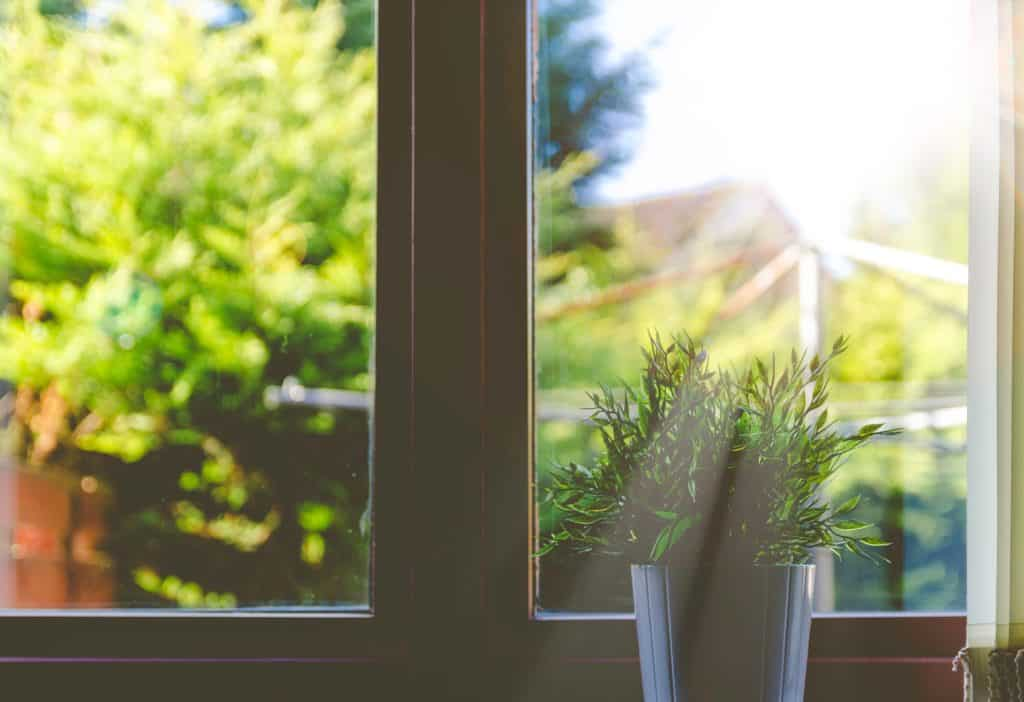 How to keep your house smelling good all the time naturally! These amazing fresh smelling home tips & hacks will work even with pets. Get rid of bad smells!
