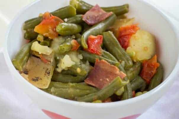 Delicious and easy slow cooker side dishes! These crockpot side dish recipes incude vegetables, potatoes, beans, and more. Perfect for a potluck or party!