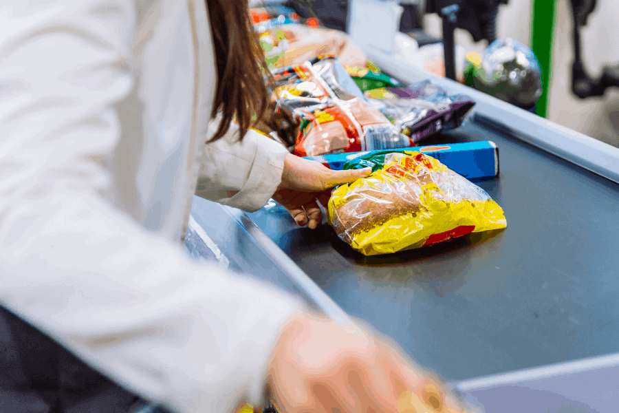 Wonder what you should buy on a tight budget? This is the cheap food to buy when broke! How to stock your pantry and make a broke grocery list on a budget.