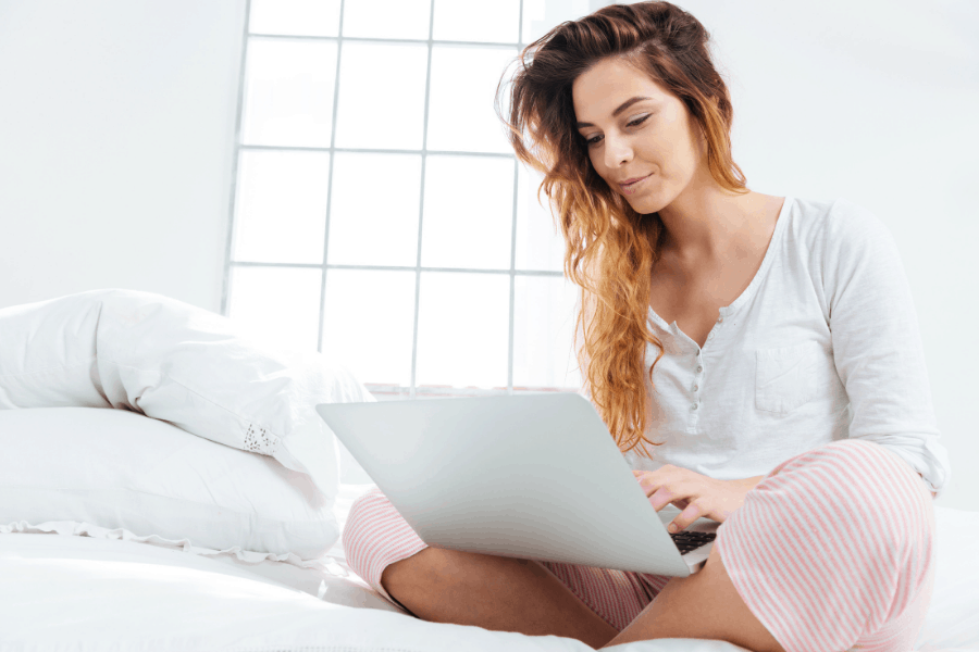 Ideas for stay at home moms to make money! These legit side hustle ideas for moms can be done from home, with no experience.